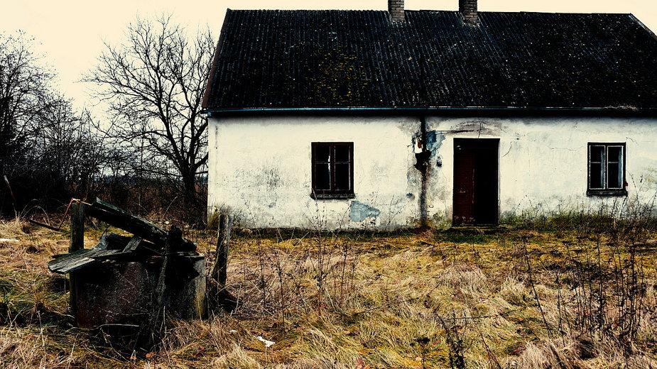 Opuszczony, wiejski dom.