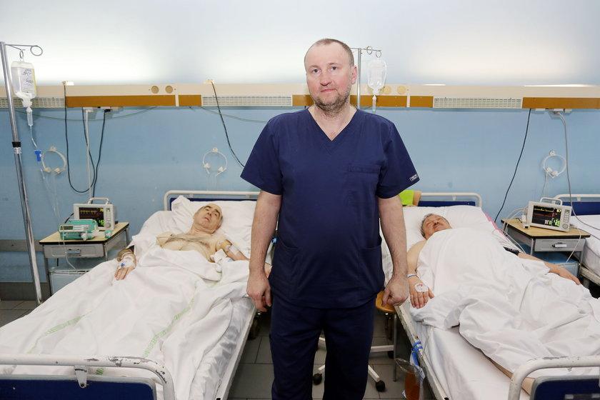 Dr nauk med. Janusz Kuśmierz ze szczęśliwymi pacjentami