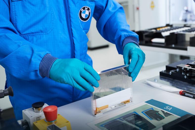 Produkcja prototypowych ogniw do akumulatorów nowej generacji. BMW