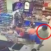 DRAMATIČANE SCENE IZ BUDVE Naoružani napadač opljačkao supermarket, dok je bežao za njim LETELE NOVČANICE (VIDEO)
