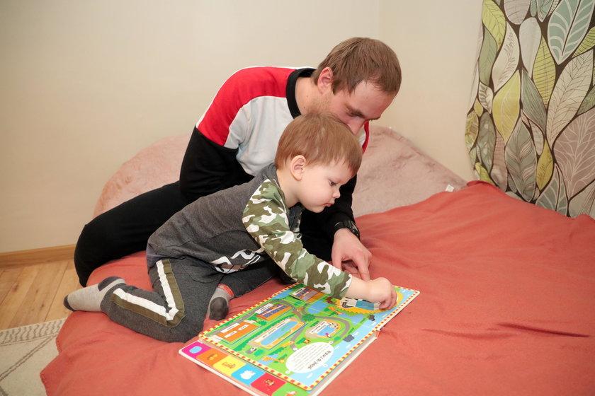 Andriej po pracy spędza czas z synkiem Markiem