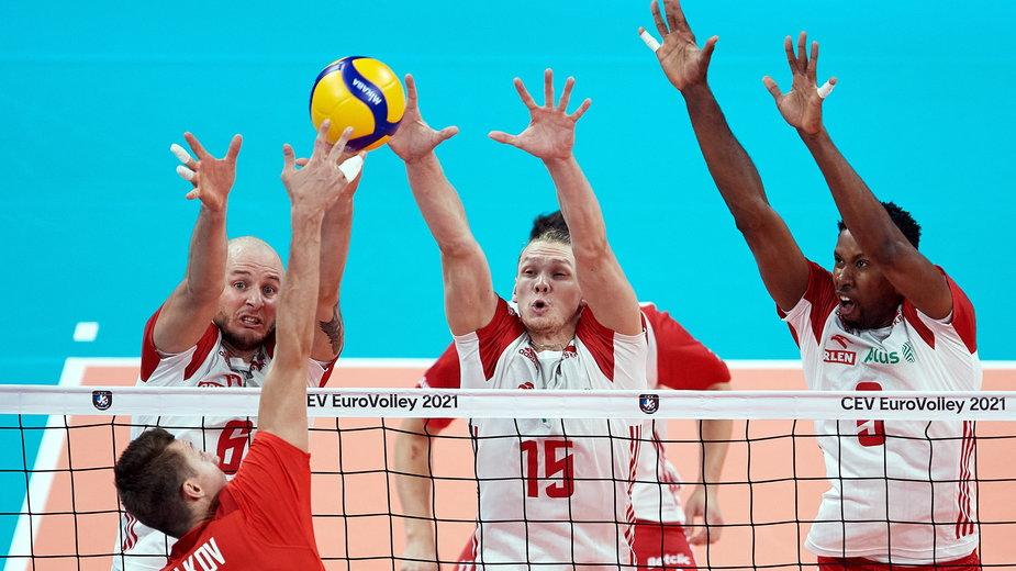 Jakub Kochanowski (w środku)