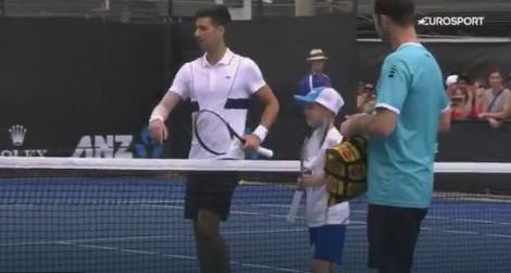 Novak Đoković na terenu sa fanom