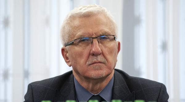 """Na zdjęciu senator Wadim Tyszkiewicz, który deklaruje, że """"nawet na sekundę nie włączy szczujni i kłamliwej tuby propagandowej jedynie słusznej partii""""."""