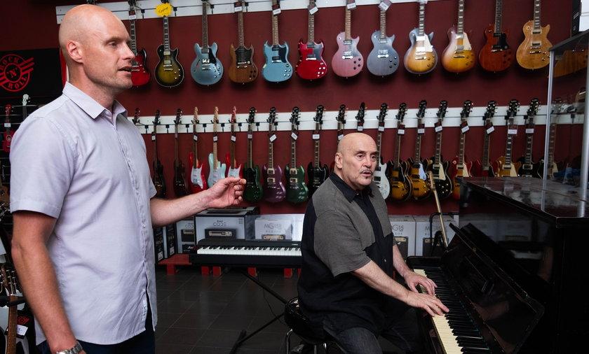 Krzysztof Igor Krawczyk i Marian Lichtman wspólnie ćwiczą w studiu.