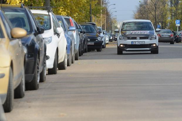 Dojeżdżając do pracy samochodem, musimy się liczyć z długim poszukiwaniem miejsca do parkowania