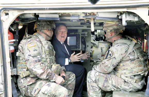 Čekajući izlaz: Majk Pompeo, državni sekretar SAD i američki vojnici