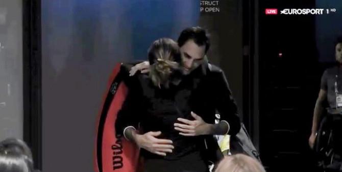 Zagrlja Mirke i Rodžera Federera