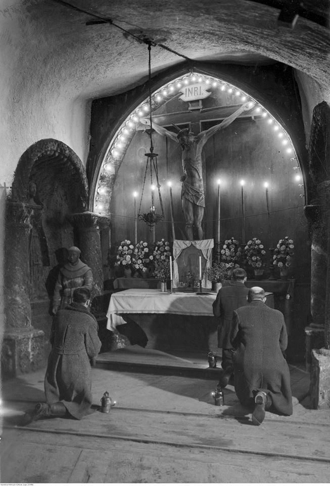 Górnicy modlą się w kaplicy św. Barbary w kopalni soli w Wieliczce, rok 1940