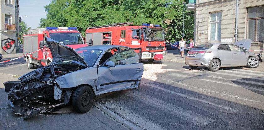Wypadek na 6 Sierpnia w Łodzi. Drzewo zasłania znak Stop