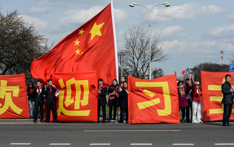Chińskie flagi na trasie przejazu prezydenta Xi Jinpinga