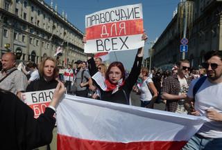 Białoruś: Karaluch i śmierć na szczudłach - protest opozycji coraz bardziej kreatywny