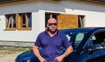Tomasz Oświeciński kończy budowę domu. Ale chata!