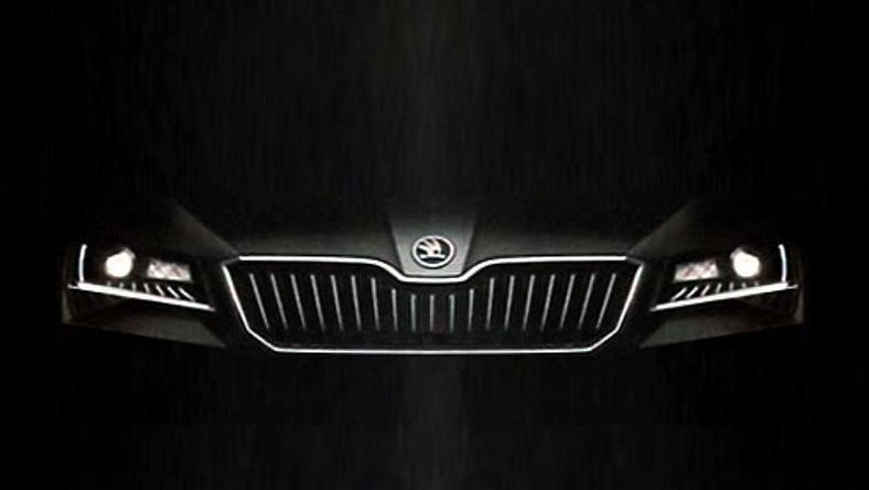 W najbliższych latach Skoda planuje osiągnąć roczną produkcję na poziomie półtora miliona samochodów. W tym czasie czeska marka będzie wprowadzać co pół roku jeden całkowicie nowy lub gruntownie zmodernizowany model. Wiadomo, że na liście debiutantów jest całkiem nowa skoda superb. Oto limuzyna nowej generacji z Czech - bez maskującego oklejenia...