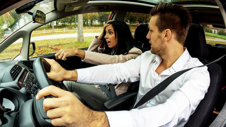 Kierowca i przerażona pasażerka