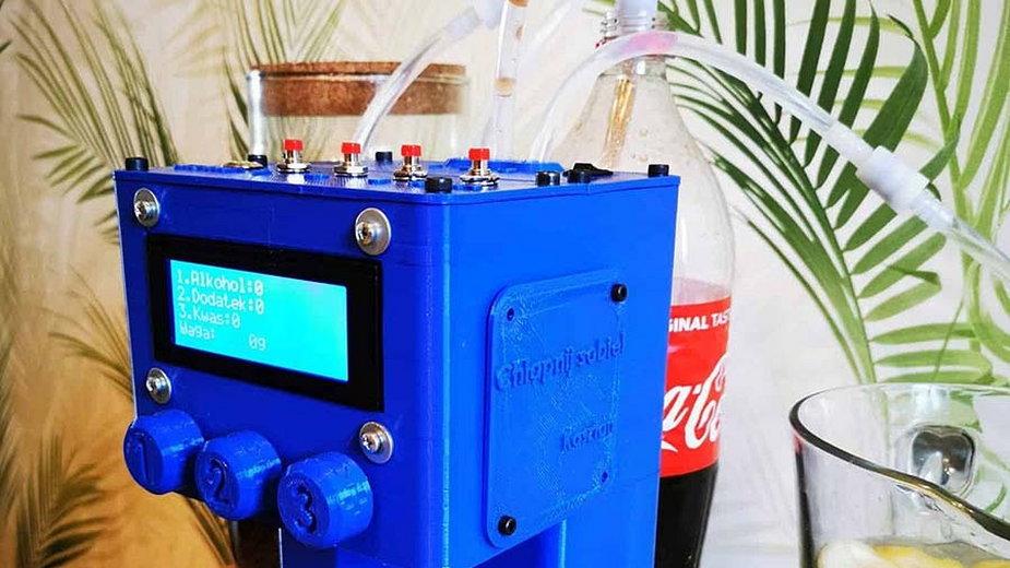 Wydrukowany 3D robot do nalewania drinków