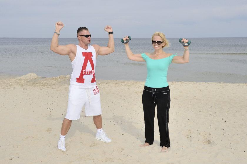 Anna Jurksztowicz i Nicolas Prusinski na plaży