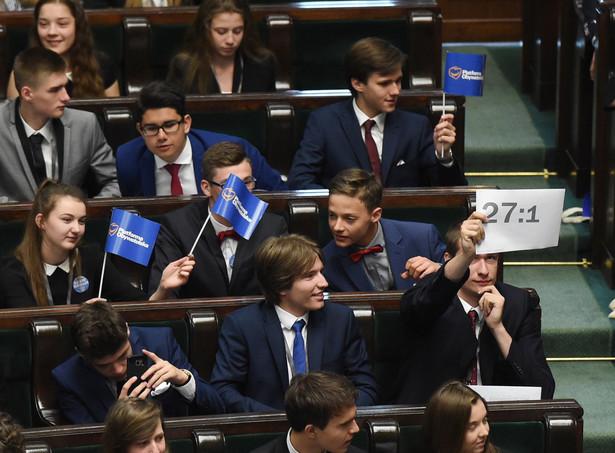 W związku z przesunięciem daty SDiM, zawiązała się nieformalna grupa organizująca alternatywne posiedzenie młodzieżowego Sejmu pod zmienioną nazwą - Parlament Dzieci i Młodzieży.