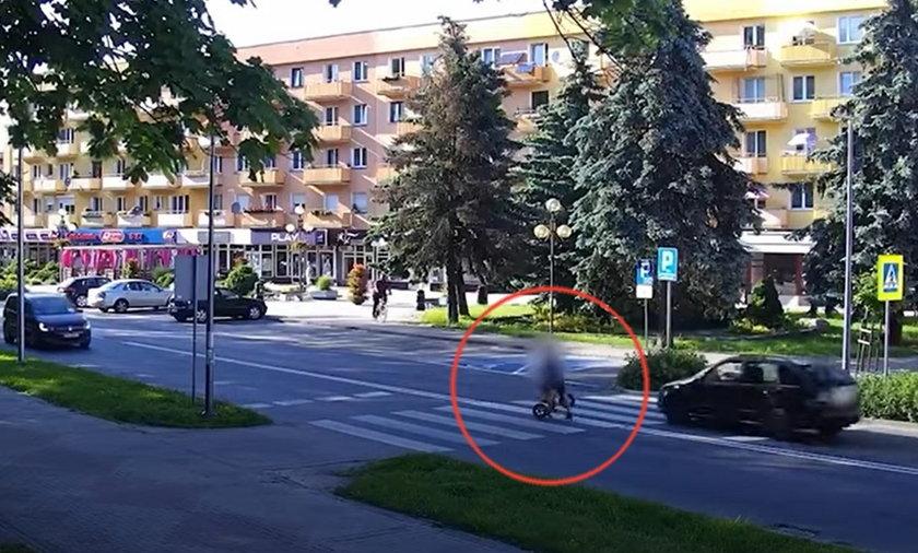 Monitoring miejski zarejestrował wstrząsającą interwencję ojca. Uratował syna przed nadjeżdżającym samochodem.