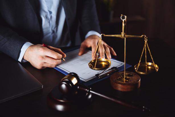 W orzecznictwie dominuje pogląd, że błędne pouczenie nie może być usprawiedliwieniem dla uchybienia profesjonalnego uczestnika postępowania karnego