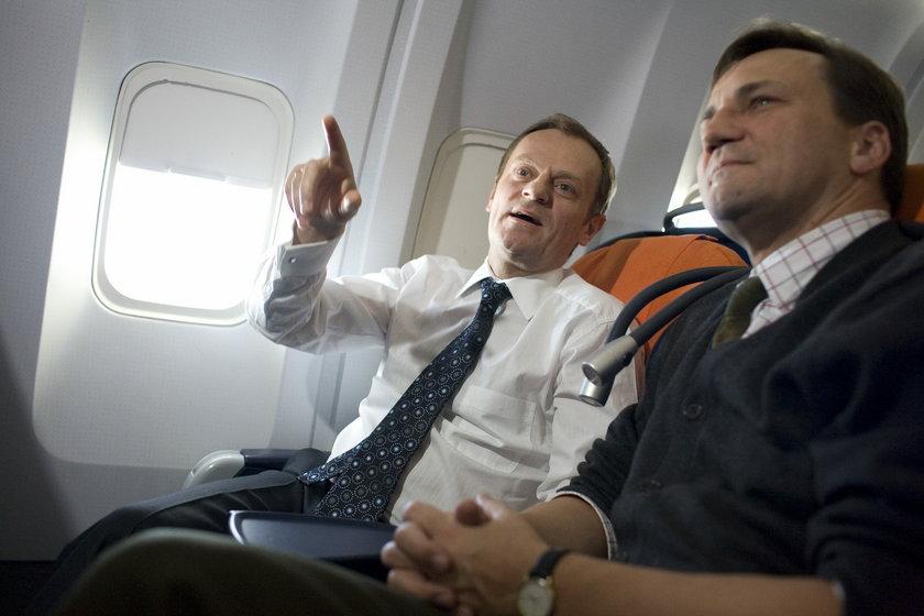 Tusk w samolocie razem z Sikorskim