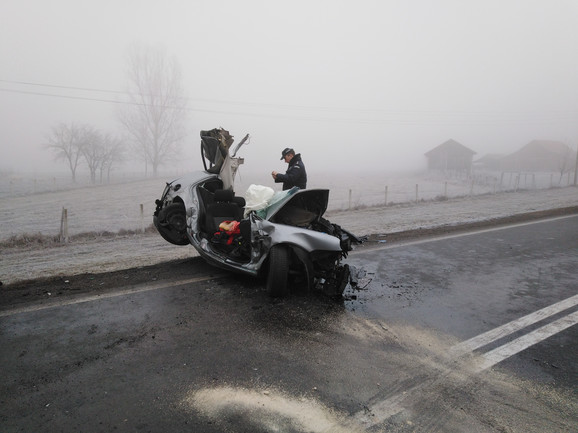Automobil je potpuno smrskan