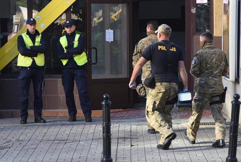 Policjanci koło bloku mieszkalnego przy ul. Śliskiej 10 w Warszawie