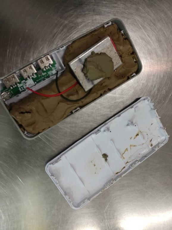 Maslinasta glina i žice u unutrašnjosti punjača
