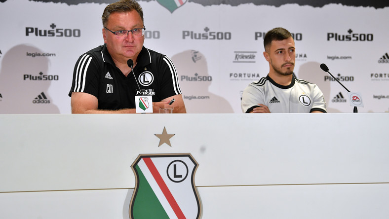 Trener Legii Czesław Michniewicz (L) i piłkarz Josip Juranovic (P) podczas konferencji prasowej w Warszawie