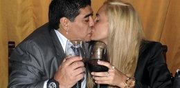 Maradona dotyka miejsca intymne partnerki! ZOBACZ