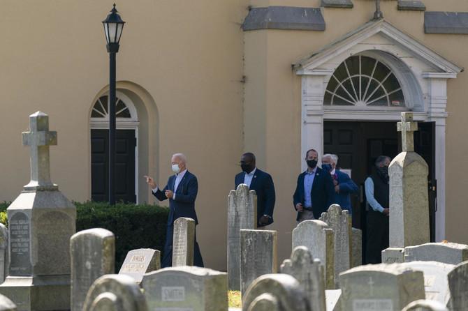 Bajden ispred porodične grobnice