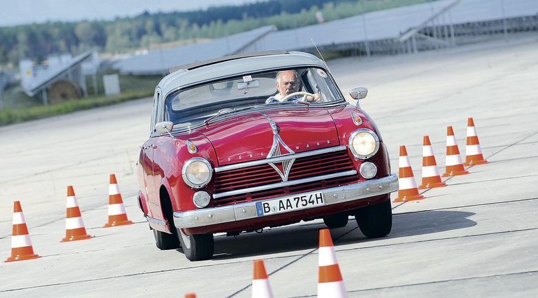 Trudno uwierzyć w to,że kiedyś klasa wyższa mogła być o 10 cm krótsza niż współczesny Volkswagen Golf Variant. Ale przecież nie to decyduje o unikatowości samochodu.