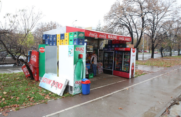 Na trotoarima su napravili mali supermarket