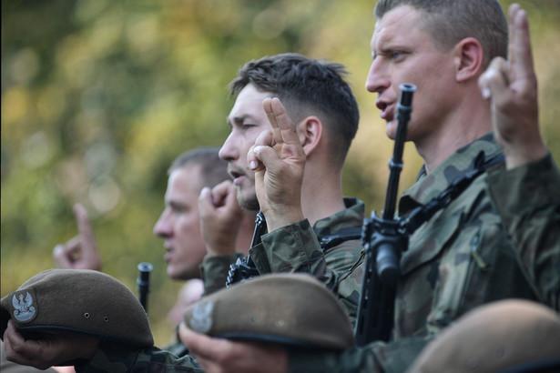 Ponad stu ochotników z Grójca, Garwolina, Płocka, Radomia i Warszawy, którzy złożyli w niedzielę przysięgę, zasili 61. batalion lekkiej piechoty w Grójcu