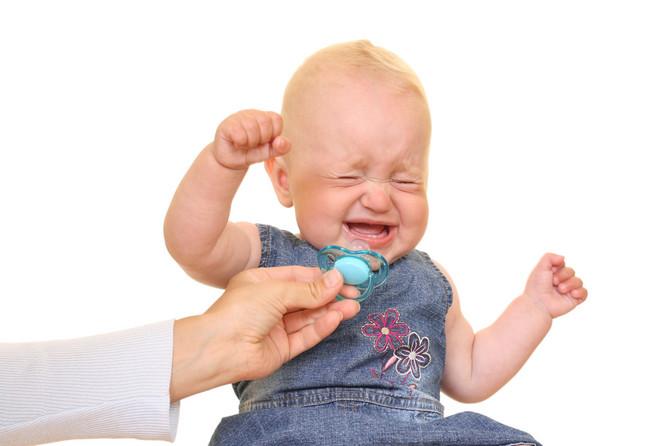 Bebi slobodno vratite u usta cuclu koja joj je ispala, samo je pre toga isperite svojom pljuvačkom