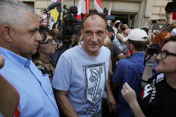 Paweł Kukiz podczas spotkania ze swoimi zwolennikami przed siedzibą Rzecznika Praw Obywatelskich