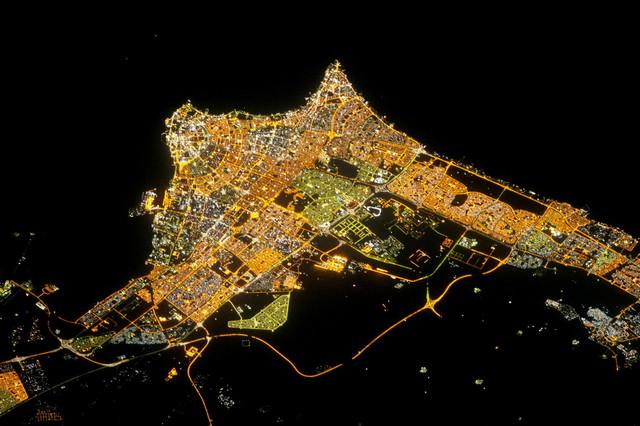 Kuvajt noću, snimljen Nasinim satelitom:Kliknite na sliku za uvećanje (+)