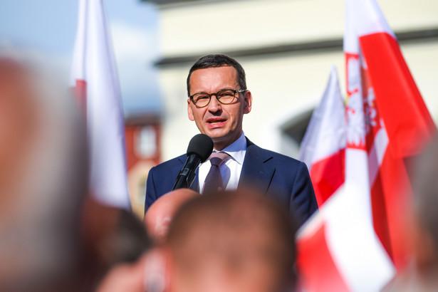 """""""Podejmujemy dzisiaj kolejne decyzje, jesteśmy jednymi z pierwszych w Europie, którzy taką decyzję podejmują. Mianowicie wdrażamy kontrole sanitarne na granicy z Niemcami i Czechami, na głównych przejściach"""" - poinformował premier. Jak dodał, rozwiązaniem tym będą objęte cztery przejścia na granicy z Niemcami i jedno przejście na granicy z Czechami."""