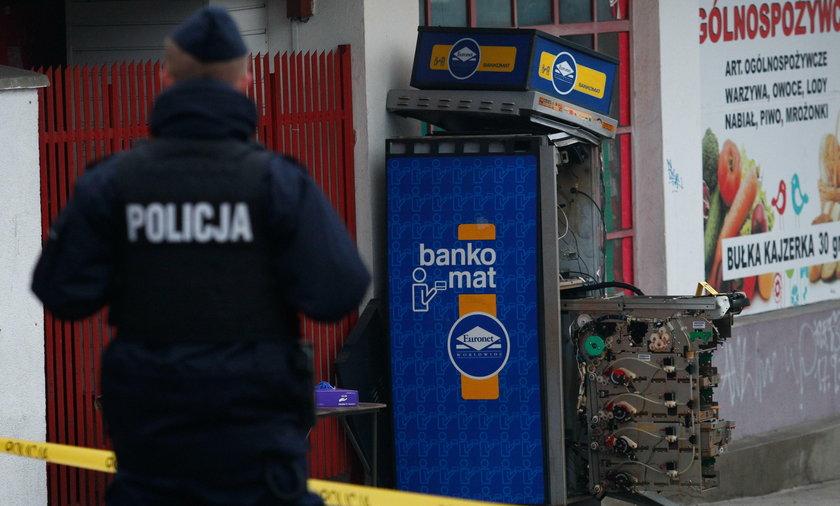 W Krakowie wysadzono bankomat. Części poleciały na tory