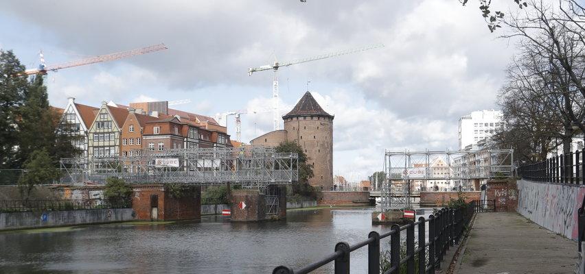 Gdańsk. Z Długich Ogrodów na Wyspę Spichrzów przez tymczasowy mostek. Przeprawa powstała na starym Moście Rogoźników.