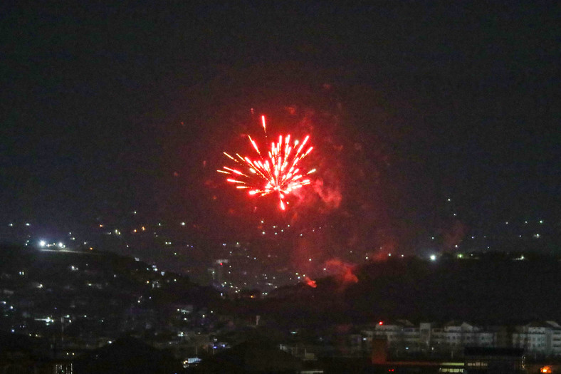 După ce ultimul avion american a decolat de pe aeroportul din Kabul la 31 august 2021, fotografii festive au luminat o parte din cerul nopții.