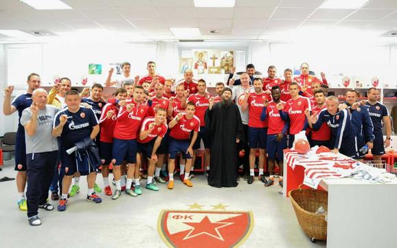 Otac Gerasim sa fudbalerima i stručnim štabom Zvezde