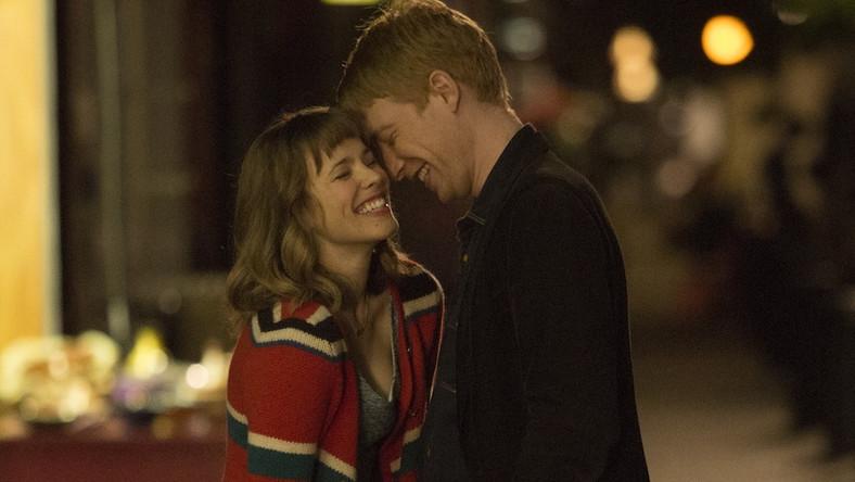 """""""Nie czas na niespodzianki. >>Czas na miłość<< – najnowsza komedia romantyczna Richarda Curtisa – jest tak dobra, jak można się było spodziewać. To zabawna, inteligentna, świetnie napisana i znakomicie zagrana historia młodego mężczyzny, który szuka przygodnego seksu, a znajduje miłość na całe życie"""" (Anna Bielak, Interia)"""