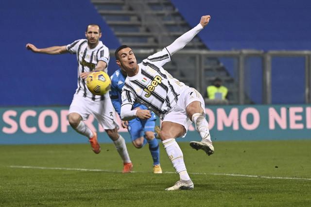 Kristijano Ronaldo daje gol za Juventus na meču sa Napolijem u Superkupu Italije