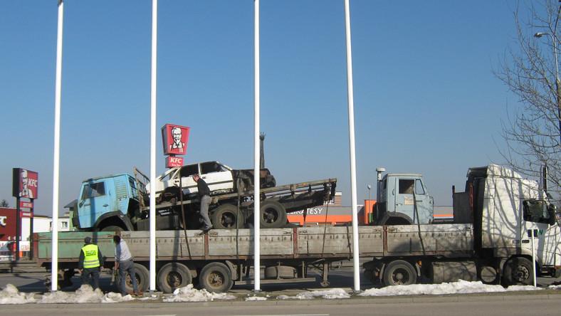 W Rumi inspektorzy z Pomorskiego Wojewódzkiego Inspektoratu Transportu Drogowego zatrzymali do kontroli ciągnik siodłowy z naczepą na której były przewożone… 3 pojazdy - 2 kamazy, z czego na jednym z kamazów znajdował się polonez.
