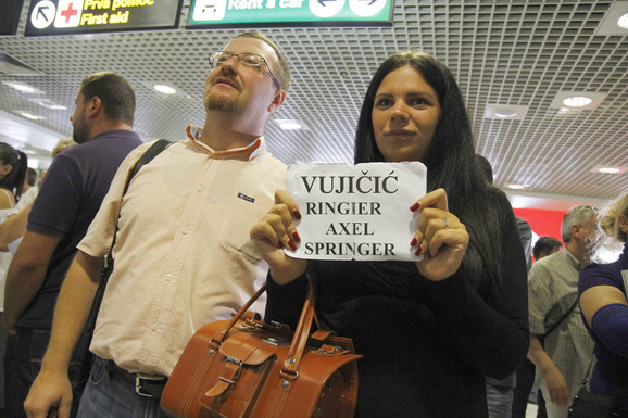 Ekipa kompanije Ringier Axel Springer i Samuilo Petrovski dočekala je roditelje Nika Vujičića na aerodromu