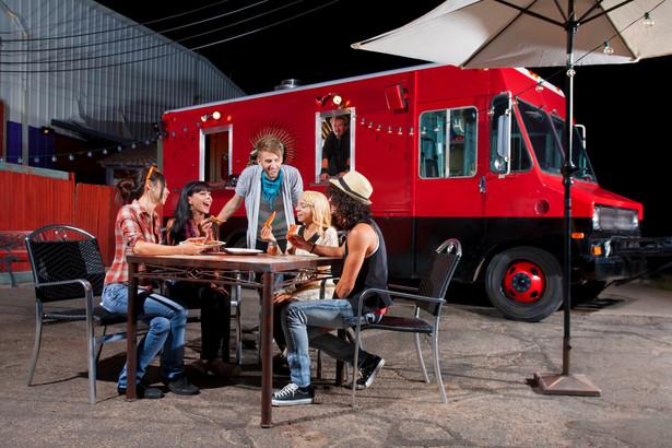 Jeszcze rok temu, jak szacuje Food Truck Portal, na polskich drogach, czy raczej po miejskich ulicach, jeździło ok. 60 takich knajpek. W ten sezon wjeżdża ich już 250