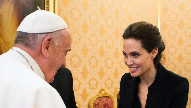 """Angelina Jolie zadebiutowała jako reżyserka dokumentem """"A Place in Time"""" w 2007 roku. W 2011 roku zrealizowała swoją pierwszą pełnometrażową fabułę, """"Kraina miodu i krwi"""", za którą otrzymała nominację do Złotego Globu. W grudniu światową premierę miało najnowsze dzieło, za kamerą którego stanęła, czyli dramat """"Niezłomny"""" (""""Unbroken""""). Obecnie Amerykanka pracuje na planie filmu """"By The Sea"""". Angelina Jolie jest reżyserką obrazu, autorką scenariusza, producentką, a także występuje w filmie w roli głównej"""