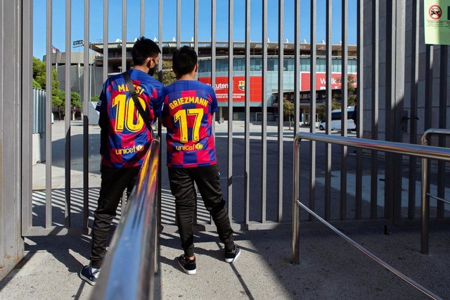"""Navijači FK Barselona koji su rešili da ispred stadiona """"prate dešavanja"""" u velikom derbiju španskog fudbala između Barse i Reala"""