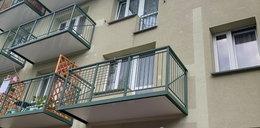 O rany! Dobudowali im balkony w starym bloku. Efekt robi wrażenie!